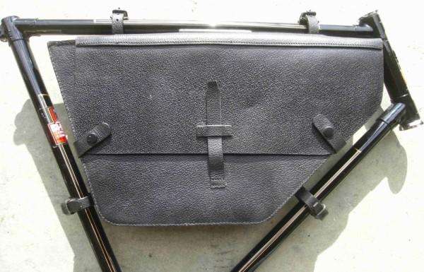 Bolsa de cuero para el cuadro inspirada en las usadas por el Ejército Suizo, color negro